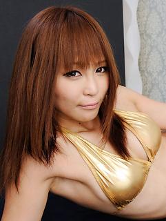 That shiny golden bikini looks utterly perfect on Japanese model Sayuri Ono