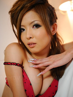 Japanese glam girl Naami Hasegawa makes her pink bra and panties look amazing