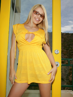 Solo beauty Sandy Summers is dazzling in a yellow dress and loves flirty stripping